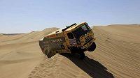 Aleš Loprais překonává se svou tatrou jednu z dun v poušti Atacama.