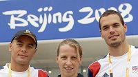 Čeští reprezentanti (zleva) Rostislav Vítek, Jana Pechanová a Martin Verner před plaveckým stadiónem v Pekingu