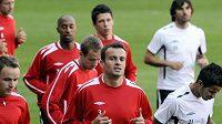 Na týmový trénink teď musí Erich Brabec (uprostřed) zapomenout, chvíli se bude připravovat sám.