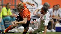 Nizozemský útočník Dirk Kuyt se snaží uniknout svému maďarskému strážci Vilmosu Vanczakovi.