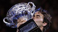 Roger Federer s trofejí pro vítěze Australian Open
