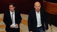 Trenér fotbalové reprezentace Michal Bílek (vpravo) a nový manažer Vladimír Šmicer