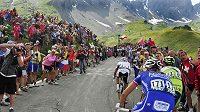 Romana Kreuzigera zdraví na trati Tour de France české vlajky.