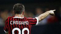 Útočník AC Milán Antonio Cassano se raduje z branky.