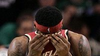 Nešťastný LeBron James po prohře s Bostonem.