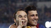 Střelec Andres Iniesta (vlevo) a jeho spoluhráč z Barcelony David Villa se radují z branky.