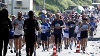 Tisíce nohou nastoupí do maratónu. Je ty nejrychlejší doběhnou první a vydělají.