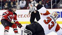 Útočník New Jersey Patrik pŕekonává gólmana Philadelphie Briana Bouchera. Devils nicméně v základní části Flyers pětkrát podlehli.