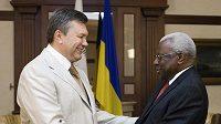 Ukrajinský prezident Viktor Janukovyč (vlevo) a prezident IIAF Lamine Diack