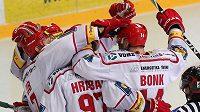 Hokejisté Třince oslavují jednu z branek proti Vítkovicím