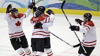 Kanadští hokejisté se radují z po brance Dana Boyla (č. 22) ve čtvrtfinálovém utkání OH proti Rusku.