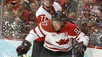 Sidney Crosby (vpředu) v souboji se Švýcarem Weberem