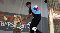 Martin Komárek v akci se sekerou na mistrovství světa v Timbersports.