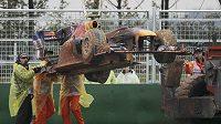 Monopost Marka Webbera připomínal po havárii při GP Koreje a výletu mimo trať rallyeový vůz.