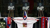 Fotografie českých hokejistů na pódiu na Staroměstském náměstí - Josef Vašíček, Jan Marek a Karel Rachůnek (zleva)