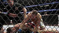 Junior dos Santos se za pár sekund stane slavným, získá titul organizace UFC v těžké váze. Neporažený Cain Velasquez prohraje stylem k.o.