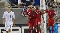 Fotbalisté Panamy se radují z branky proti USA.