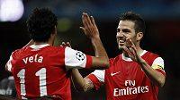 Carlos Vela (vlevo) a Cesc Fabregas z Arsenalu se radují z branky.v