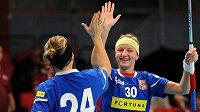 České florbalistky Michaela Rullová (vpravo) a Hana Koníčková se radují, vítězně zvládly i druhý zápas na mistrovství světa.