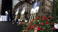 Velké fotografie tří českých hokejistů, kteří tragicky zahynuli, vystavené na Staroměstském náměstí