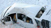 Takhle vypadalo místo po nehodě trenérů švýcarských lyžařů poblíž švédského Oestersundu.
