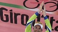 Italský cyklista Ivan Basso se raduje z vítězství v 15. etapě závodu Giro d'Italia.