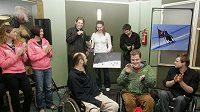 Šárka Záhrobská (vzadu uprostřed) při křtu fotografií handicapovaných sportovců v divadle ABC.