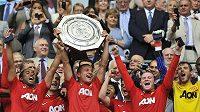 Fotbalisté Manchesteru United s trofejí pro vítěze anglického Superpoháru.