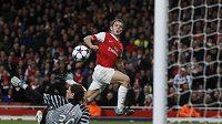 Osmnáctiletý talent z Arsenalu Jack Wilshere střílí přes bezmocného gólmana Šachtaru Doněck Andrije Pjatova svůj premiérový gól v Lize mistrů.