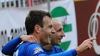 Michael Rabušic z Liberce (vlevo) a jeho spoluhráč Michal Breznaník se radují z branky..