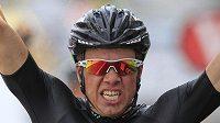 Nor Edvald Boasson Hagen se raduje z etapového vítězství.