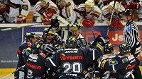 Hokejisté Liberce oslavují vyrovnání série na ledě Slavie.