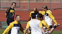 Trenér fotbalistů Austrálie Pim Verbeek sleduje trénink svých svěřenců
