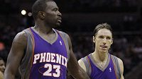 Basketbalisté Phoenixu Steve Nash (vpravo) a Jason Richardson
