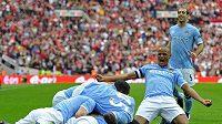 Fotbalisté Manchesteru City se radují z branky do sítě svého městského rivala United.