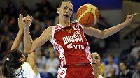 Ruská hráčka Irina Osipovová pod argentinským košem.