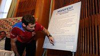 Petr Čech podepisuje za spoluhráče manifest 12. hráče