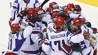 Hokejisté Ruska oslavují výhru.