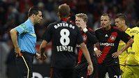 Michal Kadlec (vpravo) reaguje na červenou kartu, kterou mu právě udělil rozhodčí.