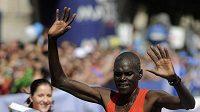 Vítězný Keňan Benson Kipchumba Barus dobíhá do cíle 17. ročníku Pražského maratónu.
