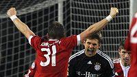 Brankář Bayernu Mnichov Hans Jorg Butt (uprostřed) se raduje se spoluhráči z branky, kterou vstřelil do sítě Juventusu.