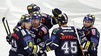 Hokejisté Liberce se radují z branky do sítě Mladé Boleslavi.