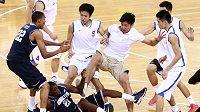Bitka při přátelském basketbalovém utkání v Číně mezi tamním Bayi a americkým univerzitním týmem z Georgetownu.