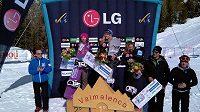 Eva Samková (vlevo) na stříbrném stupínku v italském Valmalenku. Česká snowboardcrossařka prohrála jen s americkou hvězdou Jacobellisovou.