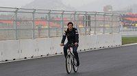 Pilot stáje Red Bull Mark Webber při obhlídce-projížďce na okruhu v korejském Jeongamu.