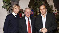 Unikátní setkání tří držitelů Zlatého míče v pivnici U Fleků v prosinci 2010 - zleva Pavel Nedvěd, Josef Masopust a Michel Platini.