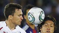 David Lafata v těsném souboji bojuje o míč s Japoncem Yasuhitou Endem v utkání Kirin Cupu.