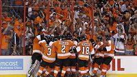 Hokejisté Philadelphie se radují z vítězství nad Chicagem ve třetím finálovém utkání NHL.