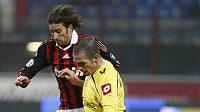 Záložník Udine Gaetano D´Agostino (vpředu) bojuje o míč s Davidem Di Gennarem z AC Milán