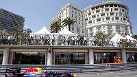 Mark Webber míjí luxusní obchody v ulicích Monte Carla při tréninku na Velkou cenu Monaka.